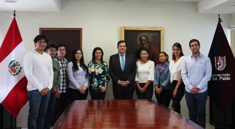 Estudiantes de la UCSP junto al ministro Rolando Ruiz Rosas Cateriano.