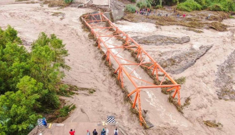 Imagen del puente Montalvo de Moquegua colapsado ante la crecida del río del mismo nombre producto de las fuertes lluvias en el sur las cuales también son un efecto del cambio climático. Foto: Gestión.pe.