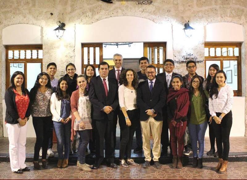 Alumnas voluntarias de la UCSP junto a los miembros del ACNUR que las capacitaron y estudiantes de otras universidades que fueron parte del programa.