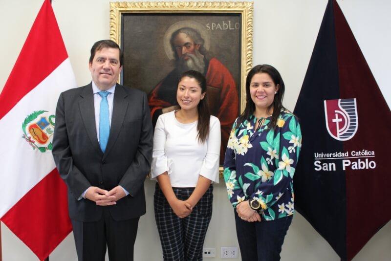 Alumna Marcela Ludeña junto al ministro Rolando Ruiz Rosas y la directora de Relaciones Exteriores y Cooperación de la UCSP, Dra. María Alejandra Maldonado.