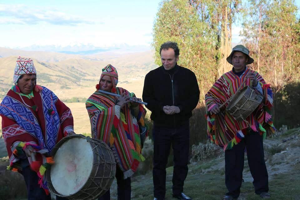 El destacado pianista junto a los pobladores que le mostraron la riqueza de la música andina.