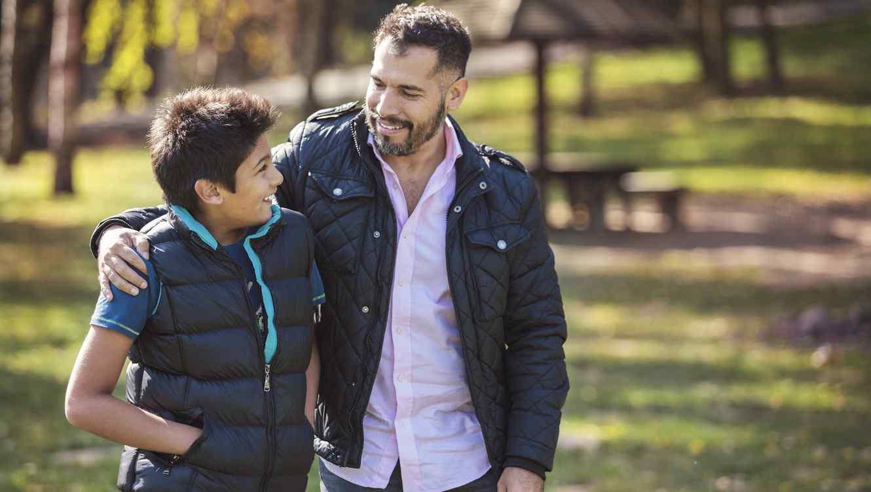 padre e hijo conversando al aire libre 0