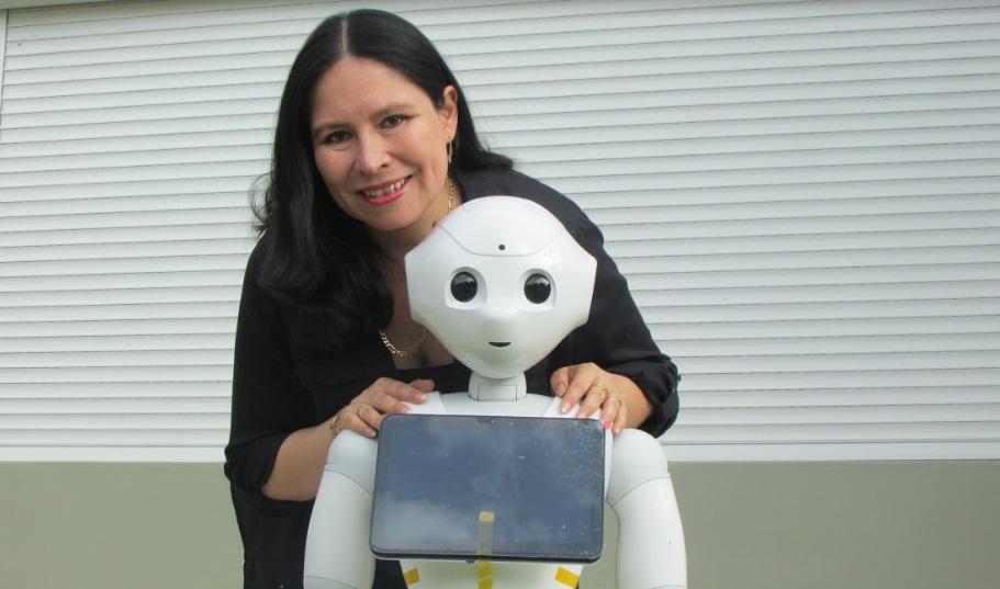 Robot Pepper y Regina Ticona